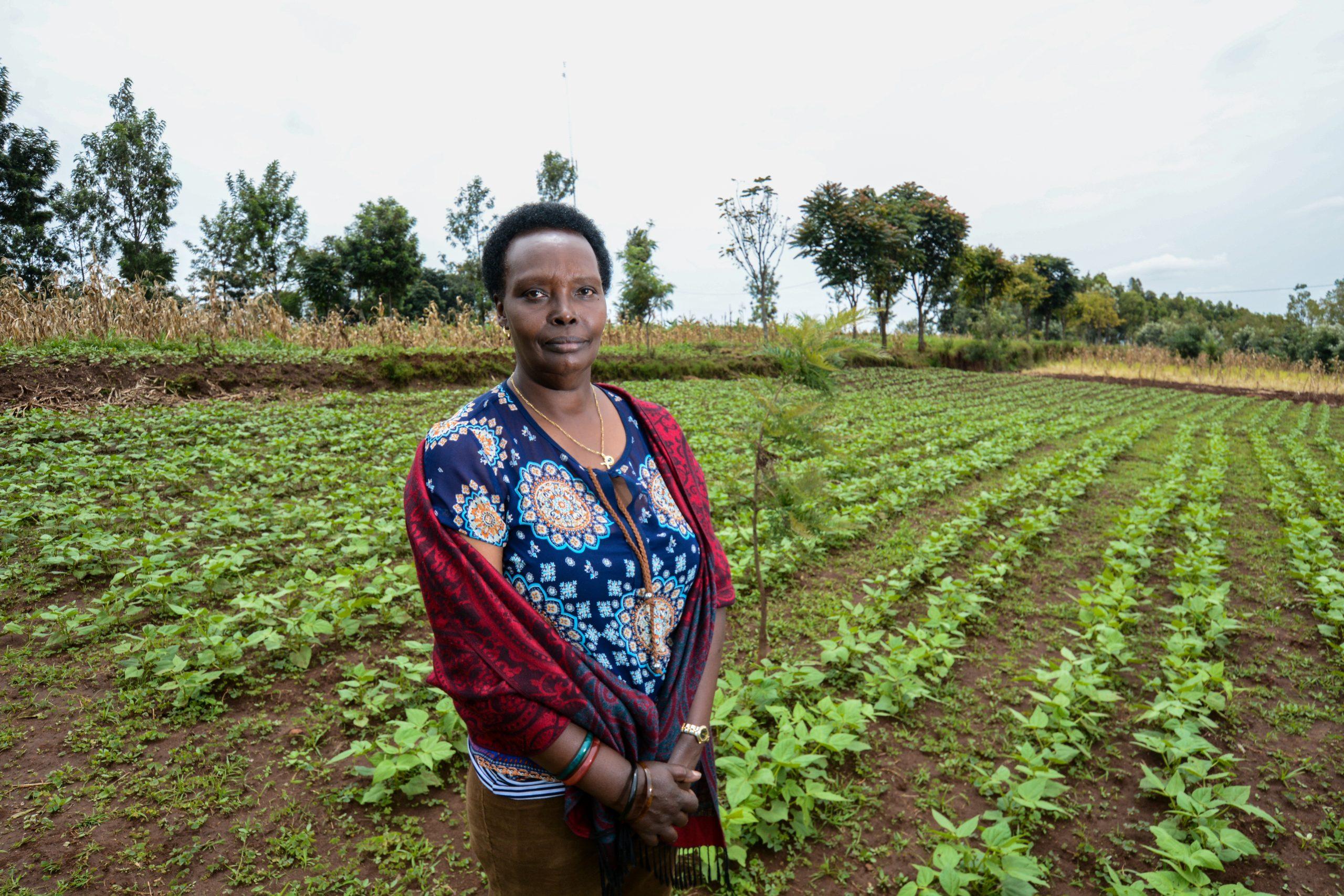 Landwirtin mit bewirtschaftetem Feld / GrowExpress Ltd.